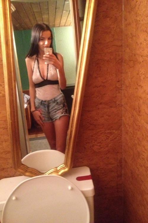 Privat Escort Modell Ewelien ist ein hübsches zierliches skinny Teeny Girl